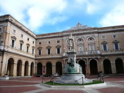 Piazza Leopardi e la Torre Civica
